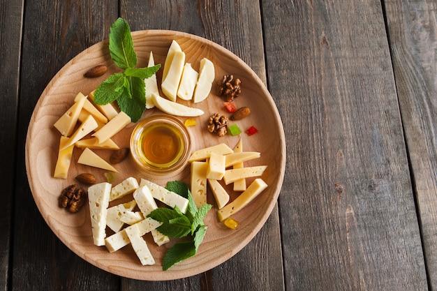 Prato de sortimento de queijo em madeira escura