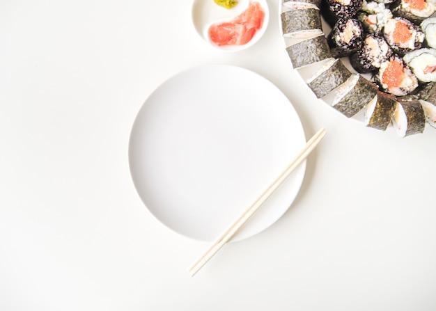Prato de sushi com cópia-espaço