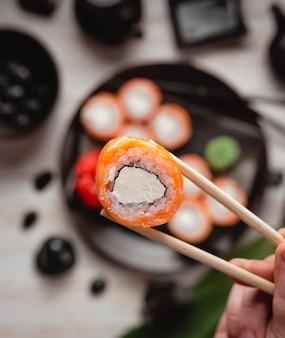 Prato de sushi com rolos de sushi