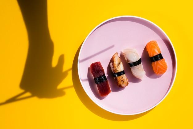 Prato de sushi com sombra de pauzinhos