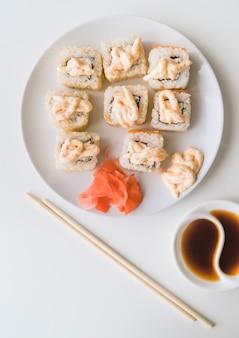 Prato de sushi de alto ângulo