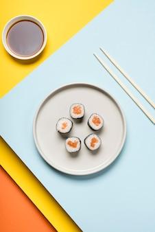 Prato de sushi japonês e molho de soja