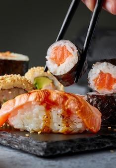 Prato de sushi na mesa cinza do restaurante, closeup
