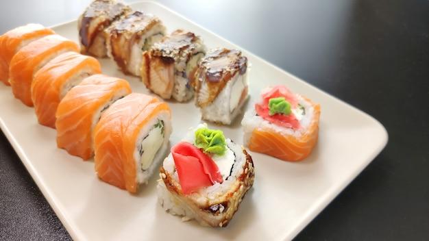 Prato de sushi na parede preta