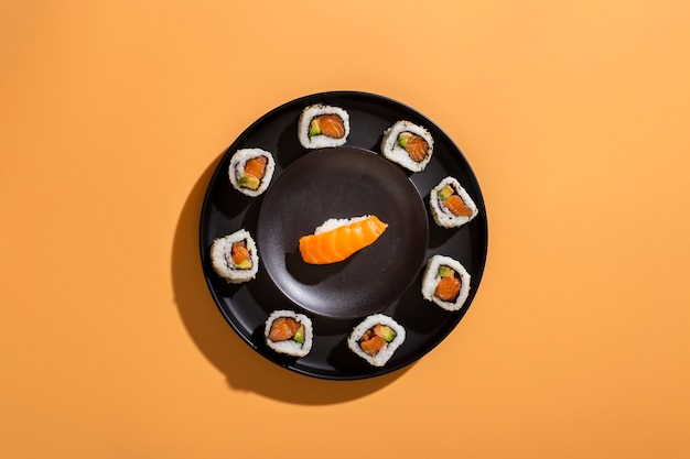 Prato de sushi rola com nigiri