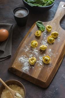 Prato de tortellinis com ricota e espinafre.