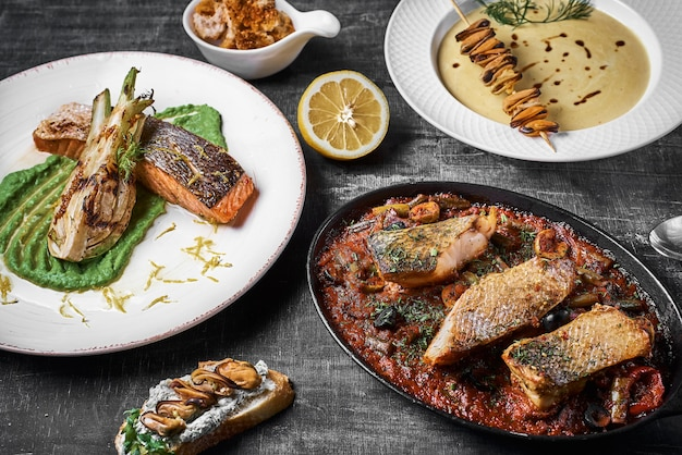 Prato de três pratos poleiro de pike, bife de salmão, poleiro cozido .. menu dietético. menu de peixe. frutos do mar. conceito de comida saudável.