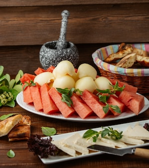 Prato de verão em cima da mesa