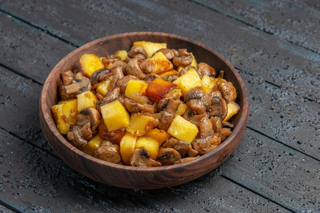 Prato de visão lateral de perto com batatas prato de cogumelos com batatas e cogumelos no centro da mesa