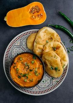 Prato de visão superior com comida paquistanesa