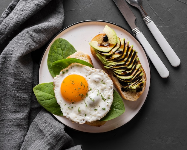 Prato de vista superior com ovo frito