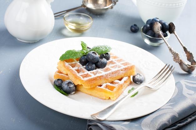 Prato de waffles belgas com bagas frescas