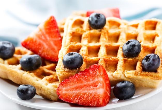 Prato de waffles com morango e mirtilo