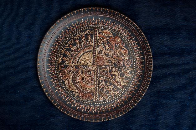Prato decorativo de cerâmica nas cores preto e dourado