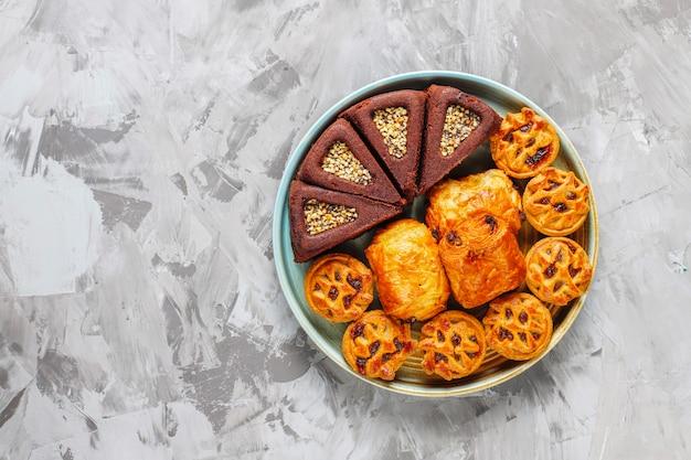 Prato doce com vários doces.
