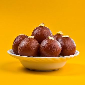 Prato doce gulab jamun em uma tigela branca