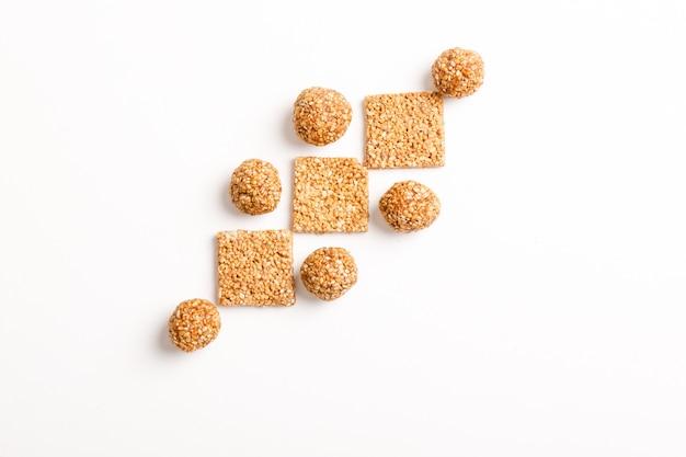 Prato doce indiano, bola de sementes de gergelim ou chamado em hindi, até ke laddu sobre fundo branco
