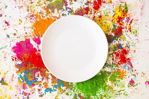 Prato em borrões de diferentes cores secas brilhantes