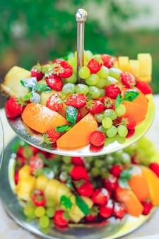 Prato em camadas com frutas cortadas e uva
