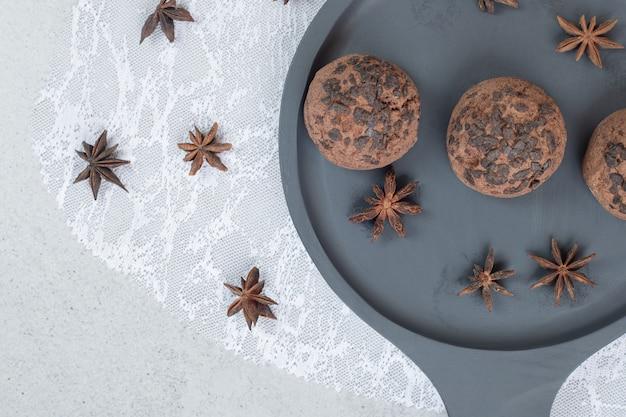 Prato escuro com biscoitos de chocolate com anis estrelado