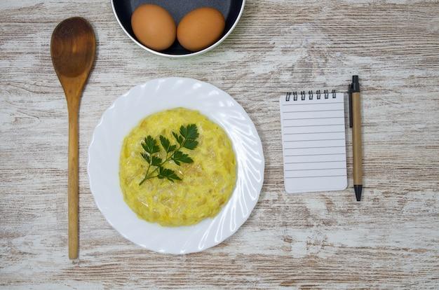 Prato espanhol típico, omelete de batata. site para escrever texto e editar