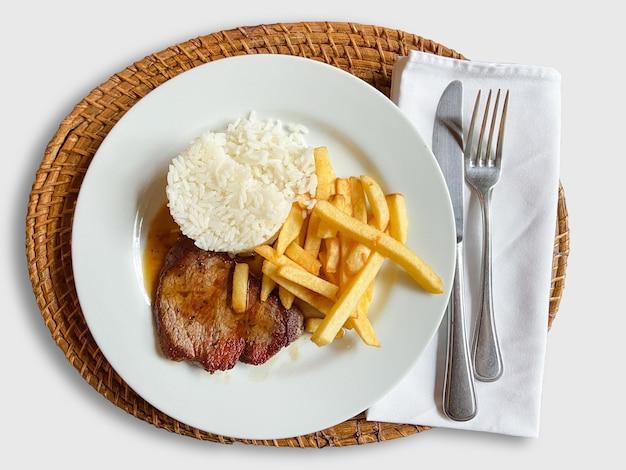 Prato executivo de carnes com batata frita e arroz. comida tradicional brasileira.