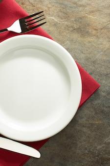 Prato, faca e garfo em pano de guardanapo