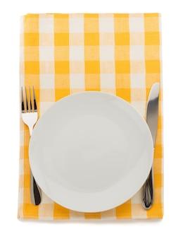 Prato, faca e garfo no guardanapo no fundo branco