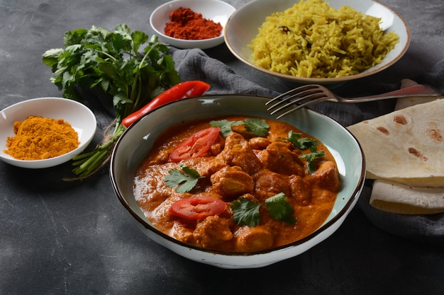 Prato indiano / britânico tradicional de frango tikka masala. frango com curry, açafrão. conceito de jantar indiano. asiática, comida indiana