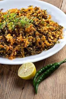 Prato indiano: cabaço amargo frito com especiarias e ervas