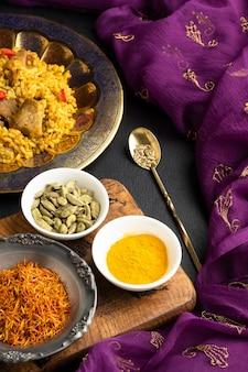 Prato indiano de alto ângulo com especiarias