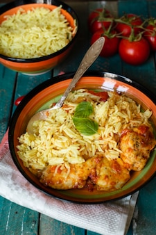 Prato indiano tradicional com arroz e frango
