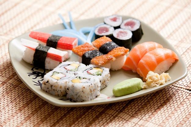 Prato isolado de comida japonesa