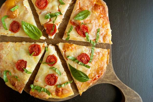 Prato italiano tradicional, deliciosa pizza margarita.