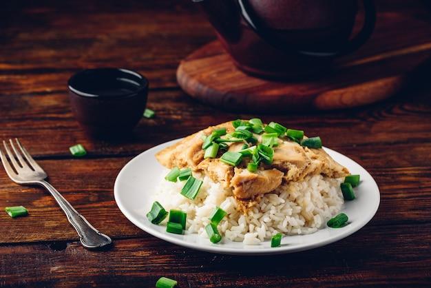 Prato japonês. arroz com ovos mexidos, frango e cebolinha