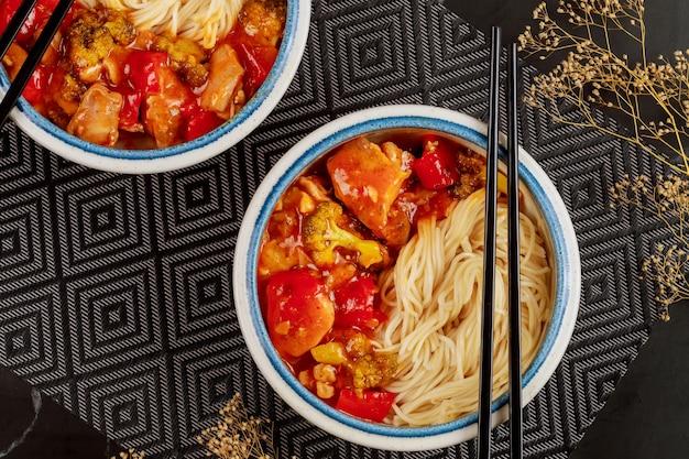 Prato japonês. macarrão com legumes em molho agridoce. vista do topo.