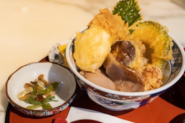 Prato japonês, tendão ou tempura misto é composto de carne de porco, ovo e legumes