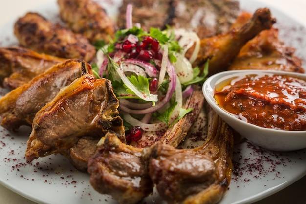 Prato kebab tradicional turco e árabe. carne fresca cozida no restaurante.