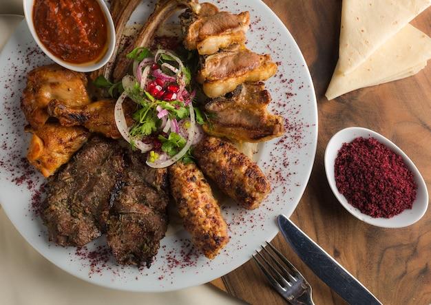 Prato kebab tradicional turco e árabe