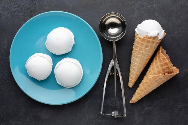 Prato liso leigo com copos de sorvete