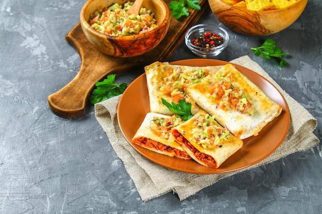 Prato mexicano tradicional - chimichanga.