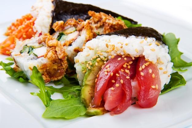 Prato misto de comida de sushi