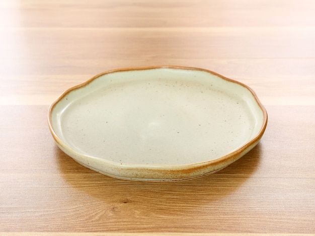 Prato moderno no fundo da mesa de madeira