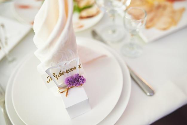 Prato na mesa de casamento, configurações de mesa de casamento.