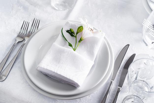 Prato na mesa definindo com vidro branco