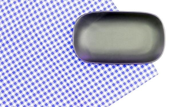 Prato na toalha de mesa em fundo branco