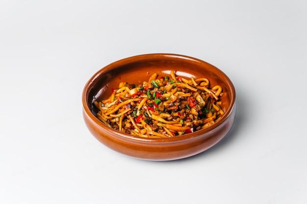 Prato nacional uzbeque tsomyan macarrão frito