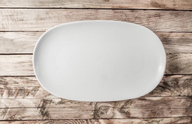 Prato oval na velha mesa de madeira rústica