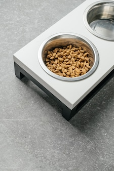 Prato para animais de estimação em mesa de madeira suporte para pratos de madeira rústica feito de sucata