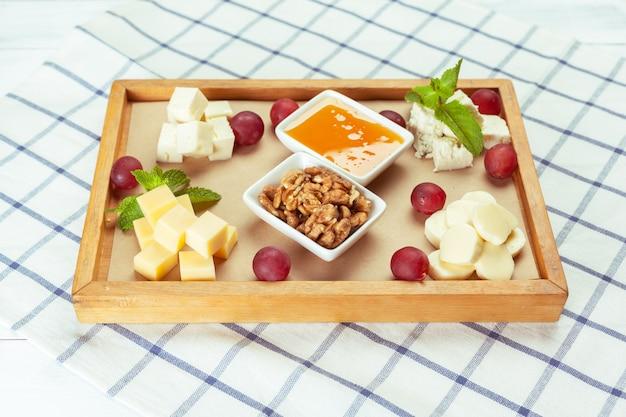 Prato pedaço de comida de queijo diferente